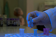 Belo Horizonte_MG, Brasil...Detalhe da mao de um pesquisador na unidade de exames de DNA de um Laboratorio...Detail of the researcher hand at the Laboratory of DNA tests in the laboratory...Foto: LEO DRUMOND / NITRO
