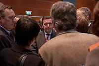 18 NOV 2003, BOCHUM/GERMANY:<br /> Gerhard Schroeder, SPD, Bundeskanzler, in Gespraech mit Journalisten im Pressezentrum, SPD Bundesparteitag, Ruhr-Congress-Zentrum<br /> IMAGE: 20031118-01-044<br /> KEYWORDS: Parteitag, party congress, SPD-Bundesparteitag, Gerhard Schröder, Journalist,