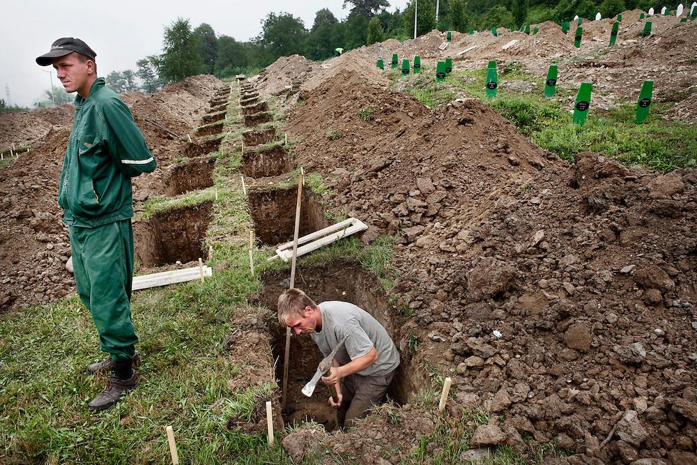 Efter 16 år får de säga farväl. Den yngste blev elva år. Den äldste 82. 5 137 människor har nu fått sin sista.vila i Srebrenica, efter kriget i forna Jugoslavien..Förberedelser inför gravsättning. Senad Mandzic och Samir Cosic breddar en av 613 gravplatser där offren för Srebrenicamassakern ska begravas på dagen efter.