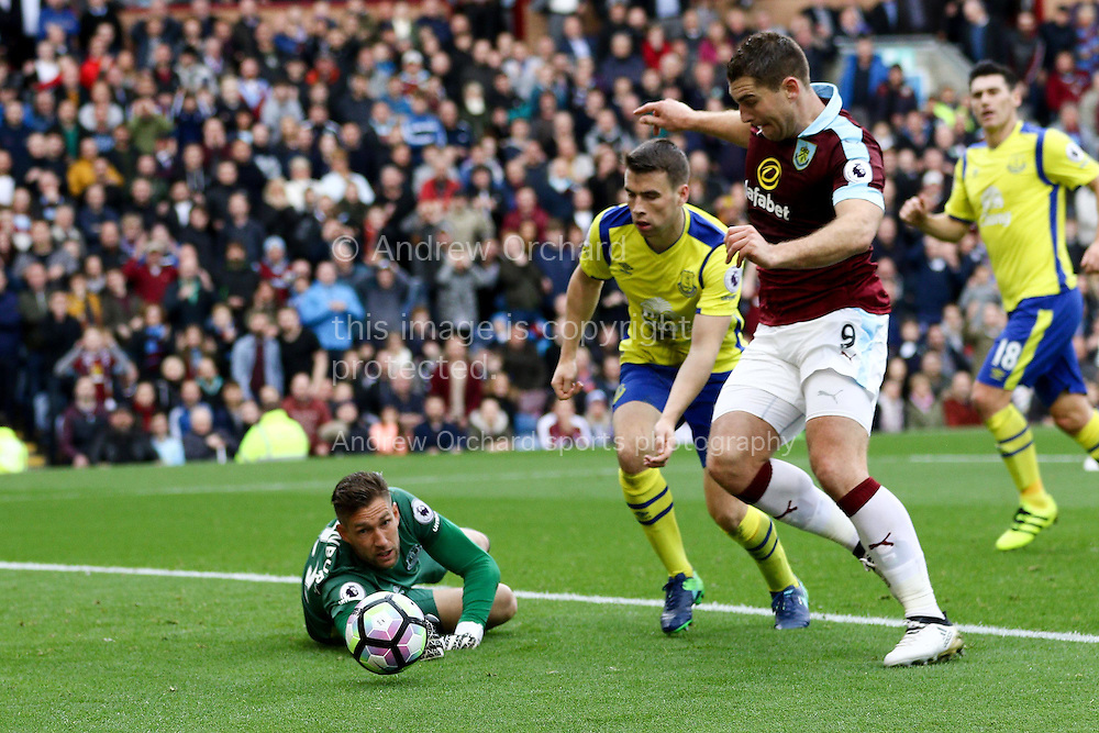 Sam Vokes of Burnley (r)  latches on to the loose ball and scores his teams 1st goal. Premier League match, Burnley v Everton at Turf Moor in Burnley , Lancs on Saturday 22nd October 2016.<br /> pic by Chris Stading, Andrew Orchard sports photography.