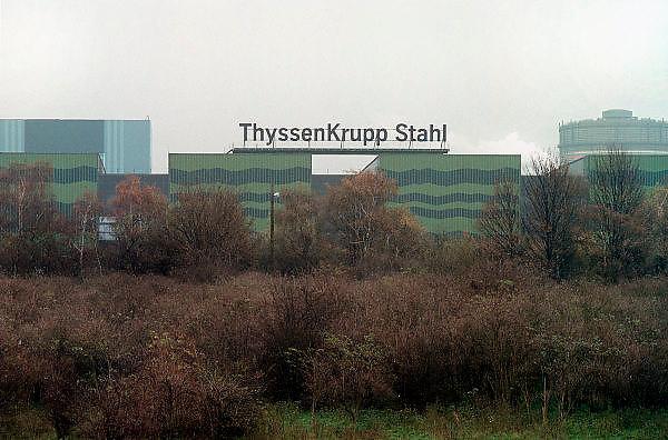 Duitsland, Duisburg, 29-10-2002..Staalfabriek van Thyssen Krupp. Groen geschilderd om op te gaan in het landschap. Economie, staalproductie, hoogoven, zware industrie, milieu...Foto: Flip Franssen/Hollandse Hoogte