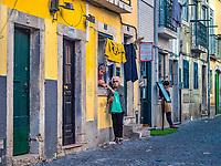 Dans le Bairro Alto lors de la fete des saint populaires.<br /> Fete des saints populaires à Lisbonne<br /> Du 12 au 29 juin, tout Lisbonne honore saint Antoine de Padoue, le saint patron de la ville, le 13 (ferie a Lisbonne) et saint Jean le 24. Apres le defile en fanfares, bals musettes et sardinhas grillees à volonté dans les quartiers populaires. Le tout emballé dans un carnaval de guirlandes de papier et de fanions. <br /> La municipalite de Lisbonne y a ajoute les festas de Lisboa, une avalanche d'expositions, de theatre de rue, de concerts... du meilleur cru international. <br /> Ces festivites se prolongent pendant tout l'ete et offrent de nombreux evenements – spectacles de fado, concerts de jazz et d'autres genres musicaux, fado dans les tramways sillonnant la ville...