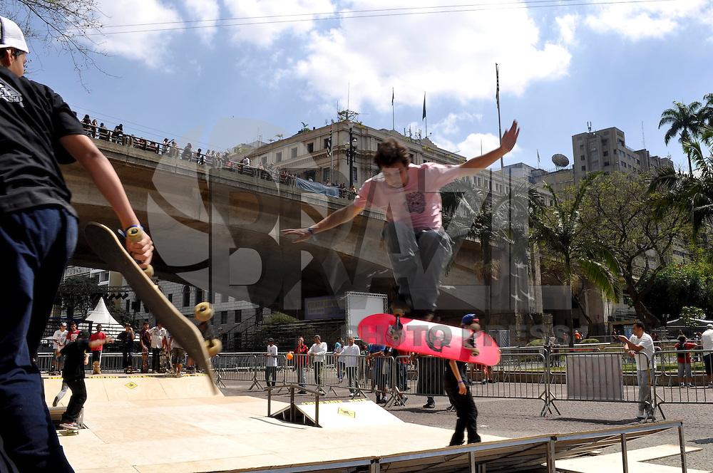 SAO PAULO, 17  DE SETEMBRO DE 2011 - VIRADA ESPORTIVA EM SP - Pista de Skate durante Virada Esportiva 2011, no Vale do Anhangabaú, centro da capital, na manhã de hoje. Cerca de 2.500 atividades esportivas gratuitas serão realizadas na cidade de São Paulo neste fim de semana. FoTO:  LEVI BIANCO - NEWS FREE