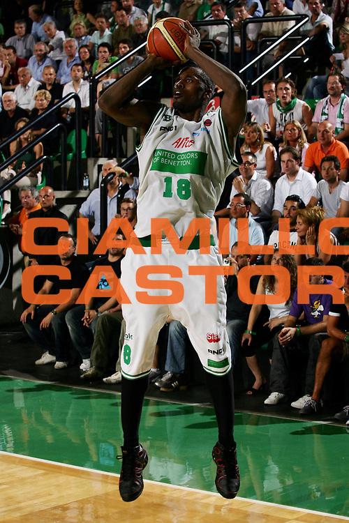 DESCRIZIONE : Treviso Lega A1 2005-06 Play Off Finale Gara 4 Benetton Treviso Climamio Fortitudo Bologna<br /> GIOCATORE : Goree<br /> SQUADRA : Benetton Treviso<br /> EVENTO : Campionato Lega A1 2005-2006 Play Off Finale Gara 4<br /> GARA : Benetton Treviso Climamio Fortitudo Bologna<br /> DATA : 20/06/2006<br /> CATEGORIA : Tiro<br /> SPORT : Pallacanestro<br /> AUTORE : Agenzia Ciamillo-Castoria/L.Lussoso