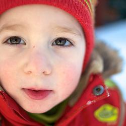 Toddler in winter suit. Photographe: Marc Lapointe, Sainte-Thérèse, Blainville, Québec