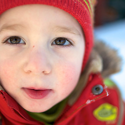 Toddler in winter suit. Photographe: Marc Lapointe, Sainte-Thérèse, Blainville, Québec