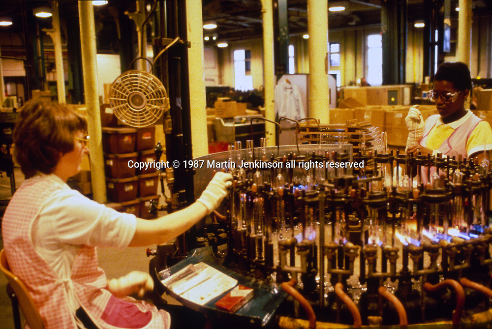 Lamp manufacture, Thorn Lighting, Preston. 25-06-1987.