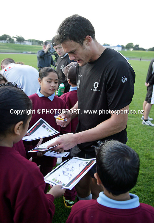 2nd rower Logan Swann signs autographs during the Warriors training held at Mt Smart Stadium, Auckland, on Thursday 31 May 2007. Photo: Andrew Cornaga/PHOTOSPORT<br />
