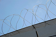 Nederland, Zutphen, 10-8-2012Prikkeldraad op een omheining van een gevangenis, penitentiaire inrichting.Foto: Flip Franssen/Hollandse Hoogte