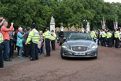 © Licensed to London News Pictures. 09/06/2017. LONDON, UK.  THERESA MAY, the British Prime Minister's car arrives at Buckingham Palace to meet with Her Majesty the Queen.  Photo credit: Vickie Flores/LNP