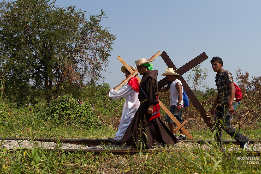 "Accompanied by Fray Tomás González, director of migrant shelter ""La 72"", Rony Mazariegos and other central american migrants walk in Tenosique during the ""Viacrucis migrante""  on April 6th, 2012. (Photo: Prometeo Lucero)"