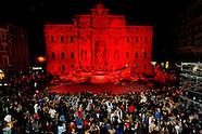 20160429 - La Fontana di Trevi illuminata di rosso per non dimenticare il sangue vers. dai cristiani