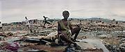 Août 2002, des bandes rivales criminalisées enflamment un quartier de Cité Soleil. Les victimes de ce drame sont regroupées sur le site de leurs maisons détruites. Plus grand bidonville de Port-au-Prince, Cité Soleil est une commune de 250 mille habitants concentrés sur six kilomètres carrés.