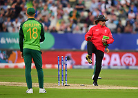 Cricket - 2019 ICC Cricket World Cup - Group Stage: New Zealand vs. South Africa<br /> <br /> Umpire Ian Gould indicates South Africa's David Miller misses a clear run out opportunity on New Zealand's Kane Williamson, taking the bails off with his leg, at Edgbaston, Birmingham.<br /> <br /> COLORSPORT/ASHLEY WESTERN