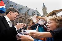 Nederland. Den Haag, 18 september 2007.<br /> Prinsjesdag. Balkenende deelt handtekeningen uit bij aankomst op het Binnenhof.<br /> Foto Martijn Beekman <br /> NIET VOOR TROUW, AD, TELEGRAAF, NRC EN HET PAROOL