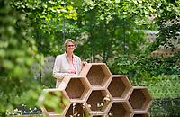 DEU, Deutschland, Germany, Berlin, 20.05.2019: Bundesbildungsministerin Anja Karliczek (CDU) bei einem Pressetermin zum heutigen Weltbienentag. Karliczek weihte ein Bienenhotel im Atrium ihres Ministeriums ein und stellte Maßnahmen zum Insektenschutz vor.