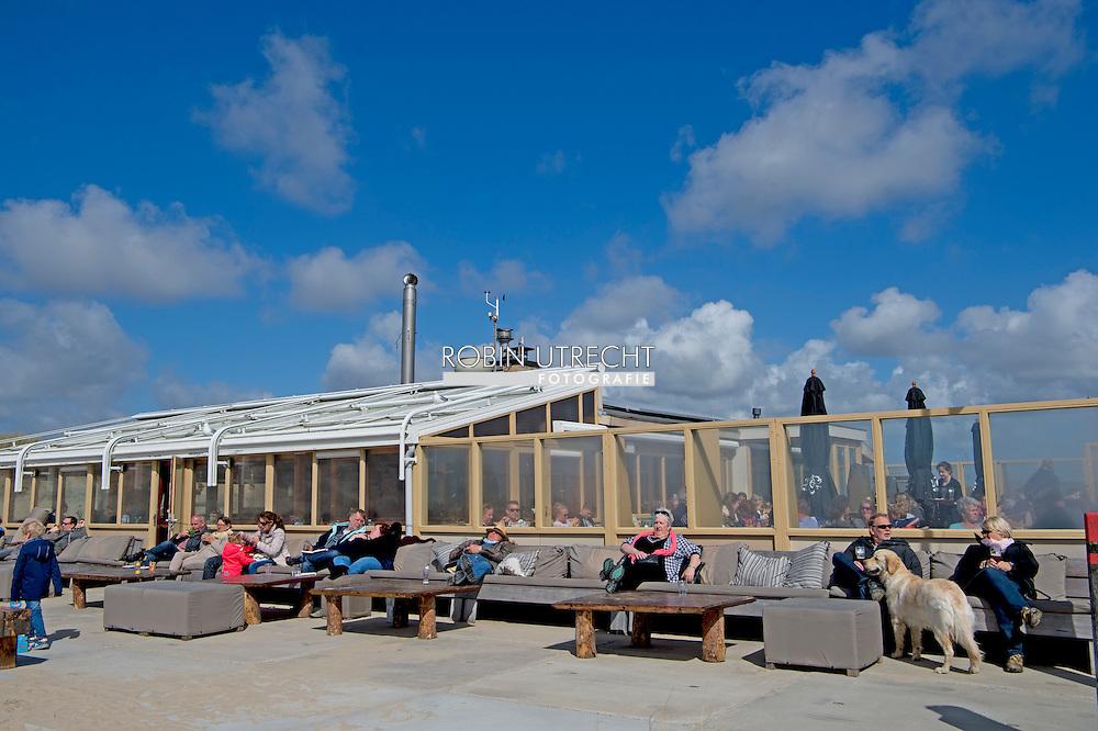 TEXEL - mensen vakantiegangers genieten van het mooie weer tijdens de mei vakantie . op het wadden eilend copyright robin utrecht