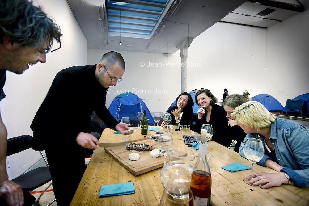 Nederland, Amsterdam , 3 mei 2011..Van 1 t/m 4 mei hebben vier kunstenaars en vier politici zich bereid gevonden om met open vizier hun eigen doelen en strategieën en hun samenwerking met anderen ter discussie te stellen. De deelnemers vinden elkaar in de overtuiging dat kunst en politiek elkaar op een veelheid van niveaus raken en van cruciaal belang zijn voor de samenleving..Het project Allegories of Good and Bad Government is voortgekomen uit een doorlopende discussie tussen de beeldend kunstenaars Hans van Houwelingen en Jonas Staal en de Amsterdamse PvdA wethouder van kunst en cultuur Carolien Gehrels. In deze gesprekken stellen zij vanuit hun eigen praktijk de wederzijdse invloed en belangen tussen het politieke en artistieke domein ter discussie..Op de foto 2e van links kunstenaar Jonas Staal, Politicus Mariko Peters, wethouder Carolien Gehrels, kunstenaar Hans van Houwelingen , Nicoline van Harskamp en Jeanne van Heeswijk...Foto:Jean-Pierre Jans