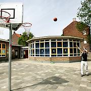 Nederland Rotterdam Charlois 17 mei 2006 20060517 Foto: David Rozing ..Jongeren spelen potje basketbal in de Vogelwijk / Rotterdam Chalois. ..Foto: David Rozing/