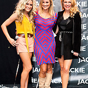 NLD/Amsterdam/20110825 - Uitreiking Jackie's Best Dressed List 2011, Nikkie Plessen, winnares Lieke van Lexmond en hoofdredactrice Eva Hoeke