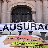 """Toluca, México.- Organizaciones Civiles clausuraron de forma simbólica la Cámara de Diputados del Estado de México y se manifestaron en contra de la Ley para regular el Uso de la Fuerza Pública o """"Ley Atenco"""".  Agencia MVT / Crisanta Espinosa"""