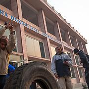 Un élève du BBC (Bhiwani Boxing Club) tappe un marteau sur un pneu sous les yeux du coach, Ms. Singh, dans la cour du complexe. Pendant l'entraînement les élèves se changent positions et outils
