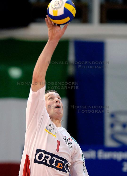 23-01-2007 VOLLEYBAL: SISLEY TREVISO - ORTEC NESSELANDE: VILLORBA ITALIE<br /> Nsselande verliest ook uit van Treviso met 3-1 en staat nog steeds met nul overwinningen onderaan in groep B / Kristian van der Wel<br /> &copy;2007-WWW.FOTOHOOGENDOORN.NL