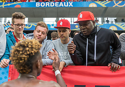 14.06.2016, Stade de Bordeaux, Bordeaux, FRA, UEFA Euro, Frankreich, Oesterreich vs Ungarn, Gruppe F, im Bild David Alaba (AUT) mit seinem Vater // David Alaba (AUT) with his father during Group F match between Austria and Hungary of the UEFA EURO 2016 France at the Stade de Bordeaux in Bordeaux, France on 2016/06/14. EXPA Pictures © 2016, PhotoCredit: EXPA/ JFK