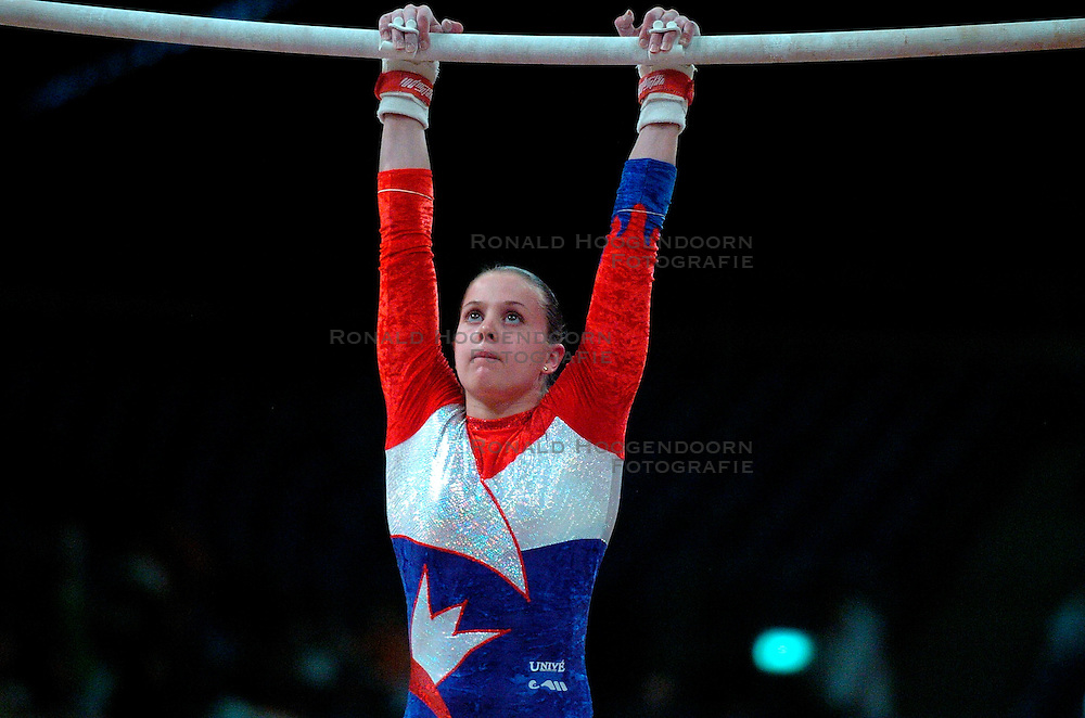 28-04-2004 TURNEN: EUROPEES KAMPIOENSCHAP DAMES: AMSTERDAM<br /> Laura van Leeuwen plaatst zich niet voor de Olympische Spelen - OS Athene<br /> &copy;2004-www.fotohoogendoorn.nl
