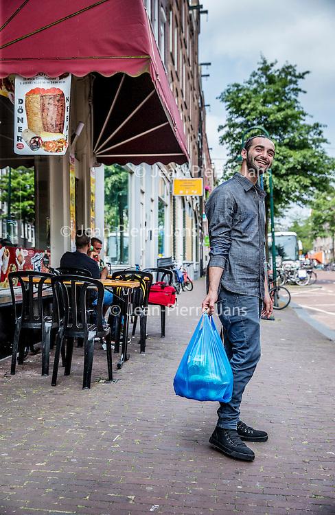 Nederland, Amsterdam, 23 juli 2016.<br />We volgen de Syrische jongen Ibrahim Najjar in de Spaarndammerbuurt in zijn zoektocht naar de ingredienten voor het Syrische kipgerecht Mskhan, een Syrisch ovengerecht met kip, citroen en ui.<br />Hij heeft zijn buren uitgenodigd bij hem te komen eten.<br />Op de foto: de lokale bloemenwinkel in de Spaarndammerstraat die er al 65 jaar zit.<br /><br /><br /><br /><br />Foto: Jean-Pierre Jans