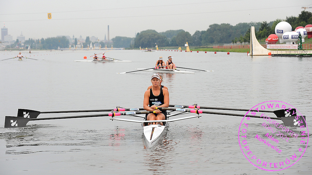 (BOW) ANNA REYMER & (STROKE) PAULA TWINING (BOTH NEW ZEALAND) WOMEN'S DOUBLE SCULLS DURING MORNING TRAINING SESSION DURING DAY FOUR OF REGATTA WORLD ROWING CHAMPIONSHIPS ON MALTA LAKE IN POZNAN, POLAND...POZNAN , POLAND , AUGUST 26, 2009..( PHOTO BY ADAM NURKIEWICZ / MEDIASPORT )..PICTURE ALSO AVAIBLE IN RAW OR TIFF FORMAT ON SPECIAL REQUEST.