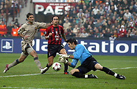 Fotball<br /> Champions Leage 2004/05<br /> AC Milan v Barcelona<br /> 20. oktober 2004<br /> Foto: Digitalsport<br /> NORWAY ONLY<br /> VICTOR VALDES (BAR) / FILIPPO INZAGHI (MIL) / RAPHAEL MARQUEZ (BAR)