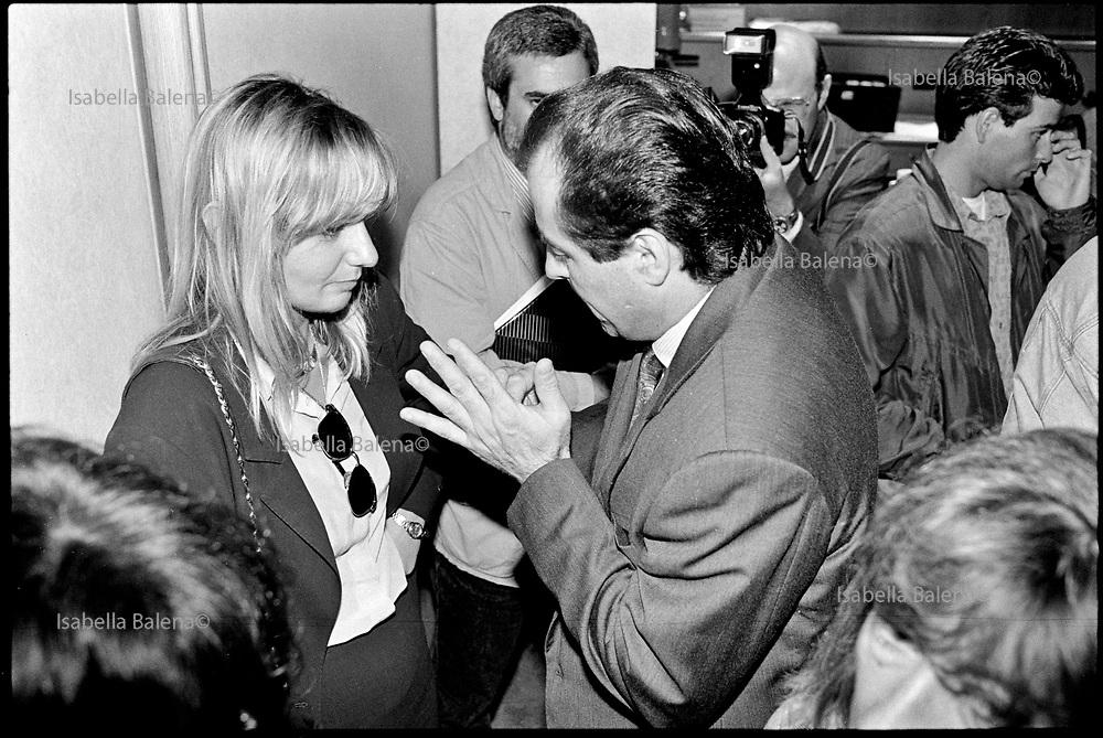 """Monza, 11.07.1992. Convegno """"La giustizia difficile"""", presso l'Associazione Industriali di Monza e Brianza. Antonio Di Pietro parla con Alessandra Dolci della Procura di Monza."""