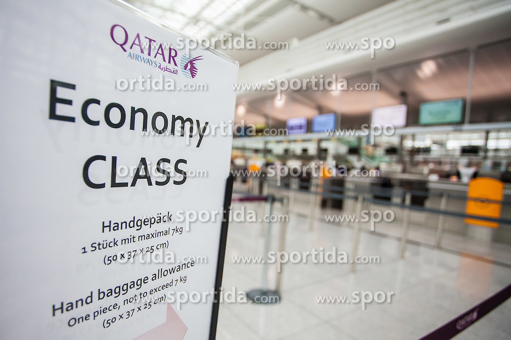 THEMENBILD, Airport Muenchen, Franz Josef Strauß (IATA: MUC, ICAO: EDDM), Der Flughafen Muenchen zählt zu den groessten Drehkreuzen Europas, rund 100 Fluggesellschaften verbinden ihn mit 230 Zielen in 70 Laendern, im Bild Hinweisschild Qatar Airways, Economy Class, Handgepaeck // THEME IMAGE, FEATURE - Airport Munich, Franz Josef Strauss (IATA: MUC, ICAO: EDDM), The airport Munich is one of the largest hubs in Europe, approximately 100 airlines connect it to 230 destinations in 70 countries. picture shows: Sign of Qatar Airways Economy Class, hand baggage, Munich, Germany on 2012/05/06. EXPA Pictures © 2012, PhotoCredit: EXPA/ Juergen Feichter