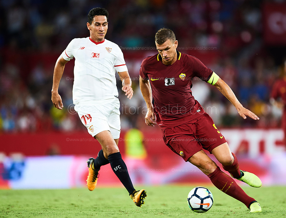 SEVILLE, SPAIN - AUGUST 10:  Edin Dzeko of AS Roma in action during a Pre Season Friendly match between Sevilla FC and AS Roma at Estadio Ramon Sanchez Pizjuan on August 10, 2017 in Seville, Spain.  (Photo by Aitor Alcalde/Getty Images)