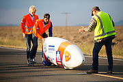De VeloX V gaat van start. Op maandagochtend vinden de kwalificaties plaats. Het team slaagt er door valpartijen niet in om de rijders en de VeloX V te kwalificeren. Het Human Power Team Delft en Amsterdam (HPT), dat bestaat uit studenten van de TU Delft en de VU Amsterdam, is in Amerika om te proberen het record snelfietsen te verbreken. Momenteel zijn zij recordhouder, in 2013 reed Sebastiaan Bowier 133,78 km/h in de VeloX3. In Battle Mountain (Nevada) wordt ieder jaar de World Human Powered Speed Challenge gehouden. Tijdens deze wedstrijd wordt geprobeerd zo hard mogelijk te fietsen op pure menskracht. Ze halen snelheden tot 133 km/h. De deelnemers bestaan zowel uit teams van universiteiten als uit hobbyisten. Met de gestroomlijnde fietsen willen ze laten zien wat mogelijk is met menskracht. De speciale ligfietsen kunnen gezien worden als de Formule 1 van het fietsen. De kennis die wordt opgedaan wordt ook gebruikt om duurzaam vervoer verder te ontwikkelen.<br /> <br /> The qualifying on Monday. The team didn't qualify due to crashes. The Human Power Team Delft and Amsterdam, a team by students of the TU Delft and the VU Amsterdam, is in America to set a new  world record speed cycling. I 2013 the team broke the record, Sebastiaan Bowier rode 133,78 km/h (83,13 mph) with the VeloX3. In Battle Mountain (Nevada) each year the World Human Powered Speed Challenge is held. During this race they try to ride on pure manpower as hard as possible. Speeds up to 133 km/h are reached. The participants consist of both teams from universities and from hobbyists. With the sleek bikes they want to show what is possible with human power. The special recumbent bicycles can be seen as the Formula 1 of the bicycle. The knowledge gained is also used to develop sustainable transport.