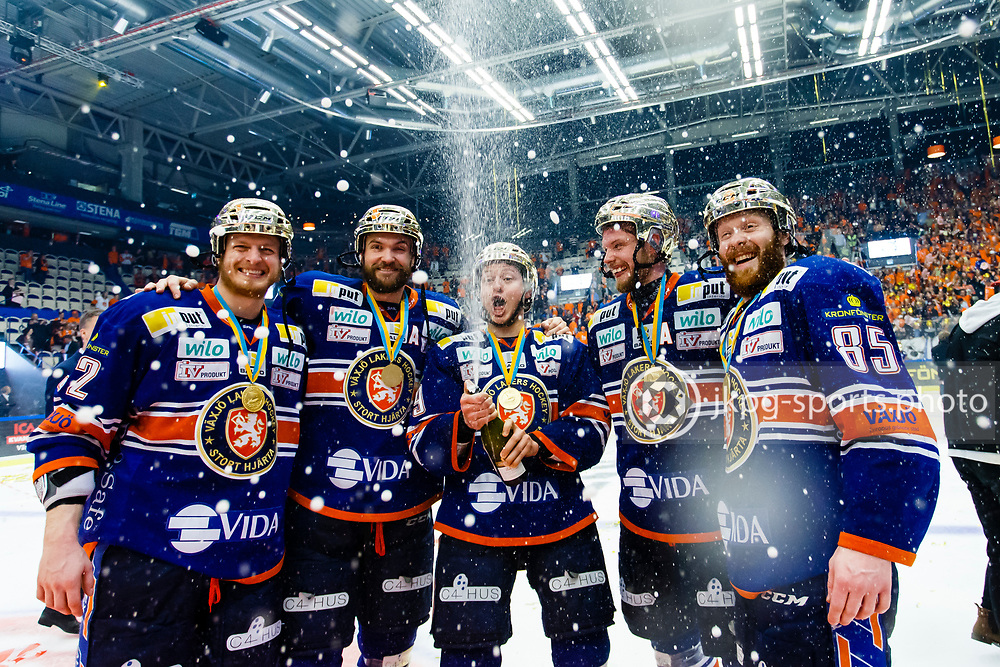 150423 Ishockey, SM-Final, V&auml;xj&ouml; - Skellefte&aring;<br /> Bibelstudiegruppen med Teemu Laakso, V&auml;xj&ouml; Lakers Hockey, Noah Welch, Rhett Rakhshani, Nick Johnson och Liam Reddox jublar och sprutar champagne.<br /> &copy; Daniel Malmberg/Jkpg sports photo