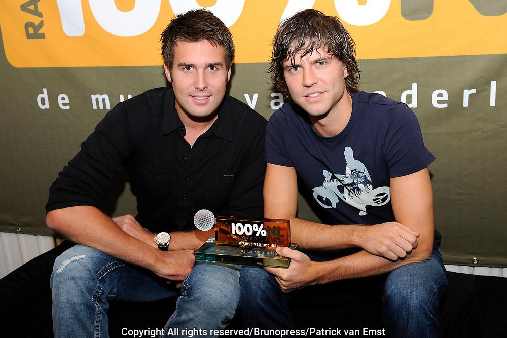 100 procent NL Awards 2010 in de studio van 100procent NL.<br /> <br /> Op de foto: Nick en Simon met de 100% award Artiest van het jaar