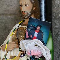 Jiquipilco, México.- Miles de fieles católicos acudieron con gran fervor a visitar al Señor del Cerrito, como parte de los festejos del Día de la Santa Cruz, cargando cruces de diversos tamaños y recorriendo un trayecto de cerca de 3 kilómetros arriban al atrio de la iglesia  para ofrendar danzas, cantos y música.  Agencia MVT / Crisanta Espinosa