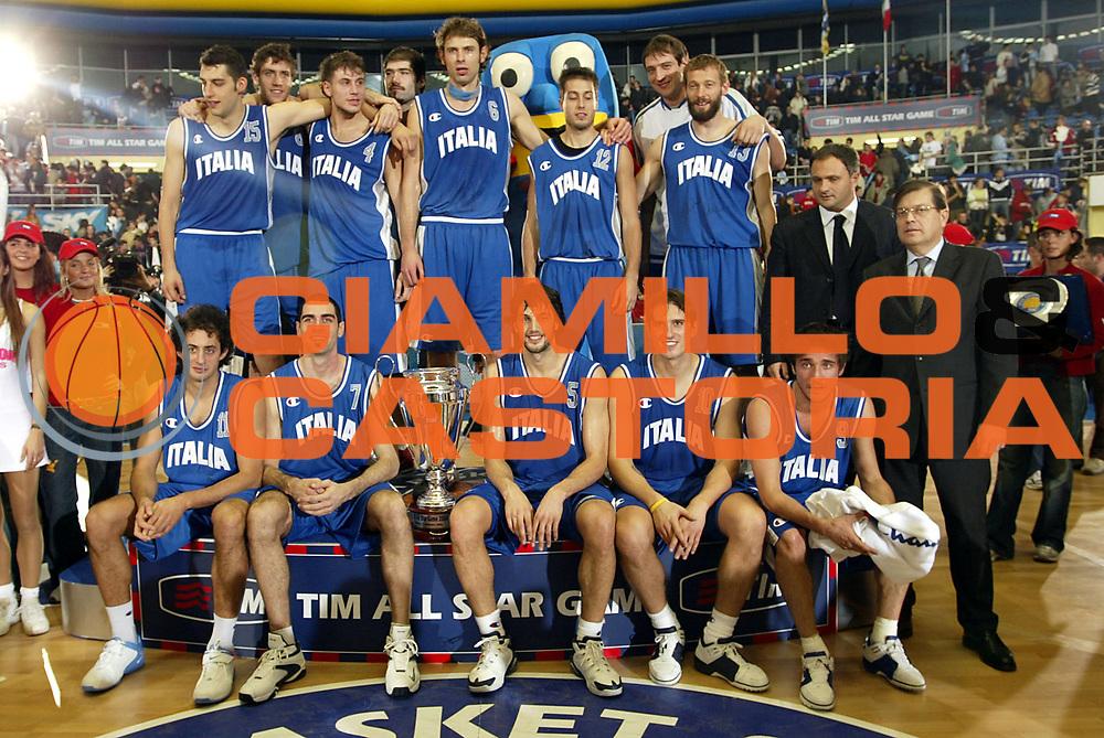 DESCRIZIONE : TORINO TIM ALL STAR GAME 2004-2005<br />GIOCATORE : ITALIA<br />SQUADRA : ITALIA<br />EVENTO : TIM ALL STAR GAME 2004-2005<br />GARA : ITALIA-SELEZIONE ALL STAR<br />DATA : 11/12/2004<br />CATEGORIA : Premiazione<br />SPORT : Pallacanestro<br />AUTORE : AGENZIA CIAMILLO &amp; CASTORIA/S.Ceretti
