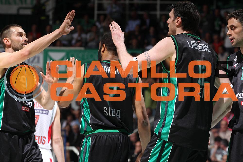 DESCRIZIONE : Siena Eurolega 2010-11 Playoffs Gara 4 Montepaschi Siena Olympiacos<br /> GIOCATORE : Malik Hairston Marko Jaric Ksistof Lavrinovic<br /> SQUADRA : Montepaschi Siena<br /> EVENTO : Eurolega 2010-2011<br /> GARA : Montepaschi Siena Olympiacos<br /> DATA : 31/03/2011<br /> CATEGORIA : esultanza<br /> SPORT : Pallacanestro <br /> AUTORE : Agenzia Ciamillo-Castoria/ElioCastoria<br /> Galleria : Eurolega 2010-2011<br /> Fotonotizia : Siena Eurolega 2010-11 Playoffs Gara 4 Montepaschi Siena Olympiacos<br /> Predefinita :