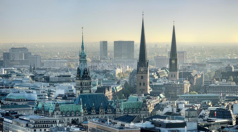 Panorama Hamburg, von links im Mittelgrund der Hauptbahnhof, im Vordergrund das Rathaus, in der Mitte die Hauptkirche St. Petri, rechts daneben St. Jacobi.