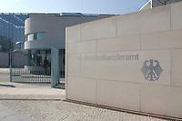 22 APR 2002, BERLIN/GERMANY:<br /> Schriftzug Bundeskanzleramt und Bundesadler in der hellen Steinmauer an der Zufahrt zum Kanzleramt<br /> IMAGE: 20020422-02-002<br /> KEYWORDS: Logo, Schild, sign, Eingang, Adler, Schrift