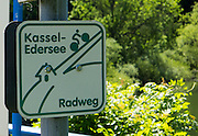 Schild Wegweiser Radweg Kassel-Edersee, Edersee, Nordhessen, Hessen, Deutschland | sign bicycle track Kassel-Edersee, Hesse, Germany