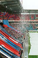 Vålerenga-fansen med konfettidryss over tribunen før kampen. Vålerenga - Brann 0-1. Tippeligaen 2000. 20. august 2000. (Foto: Peter Tubaas/Fortuna Media)
