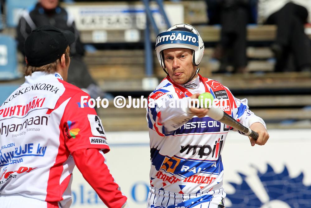 15.5.2011, Saarikentt?, Vimpeli..Superpesis 2011, Vimpelin Veto - Koskenkorvan Urheilijat..Sami Parttimaa - Vimpeli.©Juha Tamminen.