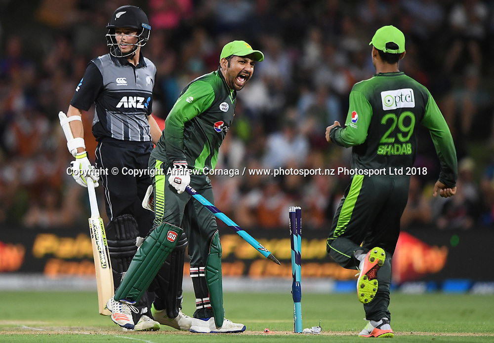 Pakistan captain Sarfraz Ahmed celebrates winning the series.<br /> Pakistan tour of New Zealand. T20 Series. 3rd Twenty20 international cricket match, Bay Oval, Mt Maunganui, New Zealand. Sunday 28 January 2018. &copy; Copyright Photo: Andrew Cornaga / www.Photosport.nz