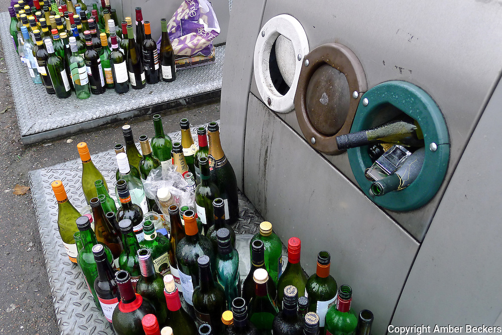 Nederland, Muiden, 7 januari 2013.Na de feestdagen zitten de glasbakken helemaal vol met wijnflessen. Bij de Maxis Megastores zijn tientallen flessen voor de glasbak neergezet omdat ze er niet meer inpassen..Foto: Amber Beckers
