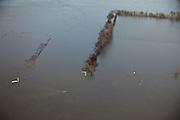 Nederland, Limburg, Noord-Limburg, 10-01-2011;.de Maas met hoogwater  ter hoogte van Vierlingsbeek. De rivier de Maas is buiten de oevers getreden de uiterwaarden zijn ondergelopen. De rode en groen bakens geven de contouren van de vaargeul aan..luchtfoto (toeslag), aerial photo (additional fee required).foto/photo Siebe Swart