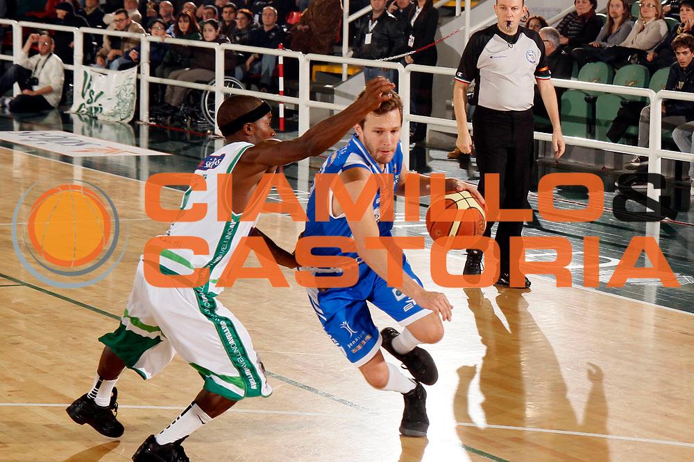 DESCRIZIONE : Avellino Lega A 2011-12 Sidigas Avellino Banco di Sardegna Sassari<br /> GIOCATORE : Travis Diener<br /> SQUADRA : Banco di Sardegna Sassari<br /> EVENTO : Campionato Lega A 2011-2012<br /> GARA : Sidigas Avellino Banco di Sardegna Sassari<br /> DATA : 06/11/2011<br /> CATEGORIA : palleggio<br /> SPORT : Pallacanestro<br /> AUTORE : Agenzia Ciamillo-Castoria/A.De Lise<br /> Galleria : Lega Basket A 2011-2012<br /> Fotonotizia : Caserta Lega A 2011-12 Sidigas Avellino Banco di Sardegna Sassari<br />  Predefinita :